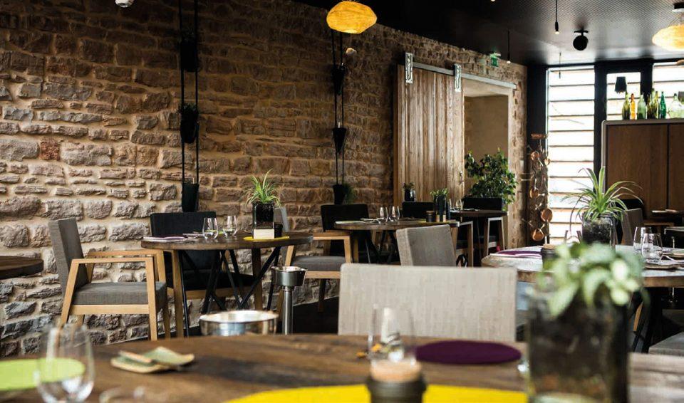 Les pierres de la salle de restaurant Aux Terrasses à Tournus retiennent la chaleur ©M. Cellard